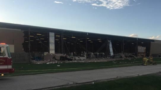 Los edificios se derrumban después de fuertes vientos cerca del aeropuerto de Columbus