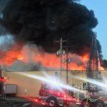 Fábrica de gabinetes destruida por fuego intenso