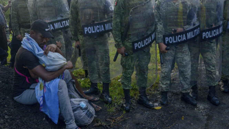 México encierra a cientos de migrantes que formaron caravana entre las protestas de activistas