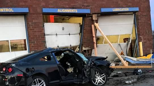 Policía de Columbus identifica a 2 adolescentes muertos cuando automóvil choca contra edificio