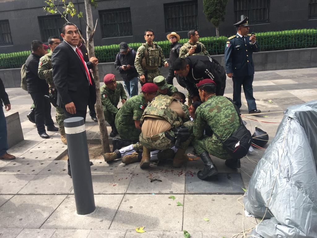 Paracaidista sufre accidente durante desfile militar en CDMX