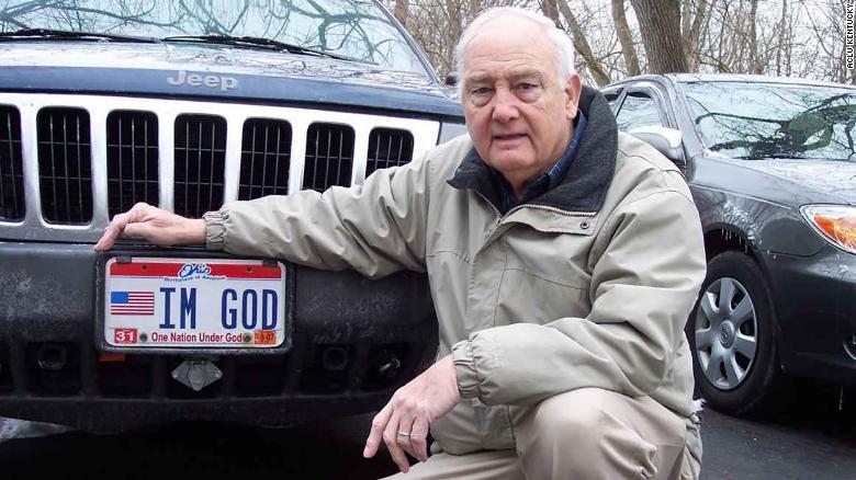 """Un hombre recibirá más de US$ 150.000 porque le negaron poner """"SOY DIOS"""" en placa de su auto"""