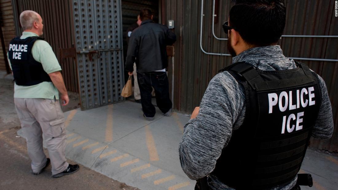 ICE planea liberar algunas familias de inmigrantes detenidas, dicen autoridades