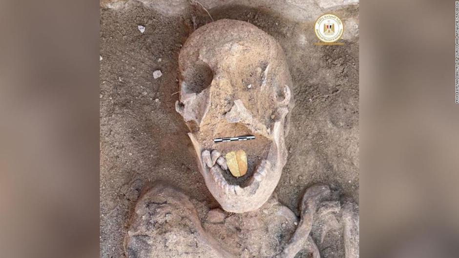 Arqueólogos desentierran momias egipcias con lenguas de oro