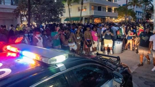 Policías de Miami Beach usan gas pimienta para hacer cumplir el toque de queda